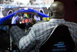 Basketball-Legende Shaquille O'Neal im Formula E Simulator