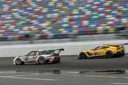 №59 Manthey Racing Porsche 911 GT3 R: Нильс Раймер, Райнхольд Ренгер, Хари Прочик, Стив Смит, №4 Corvette Racing Chevrolet Corvette C7.R: Оливер Гэвин, Томми Милнер, Марсель Фесслер