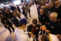 Lance Stroll, Williams firma autógrafos para los fans
