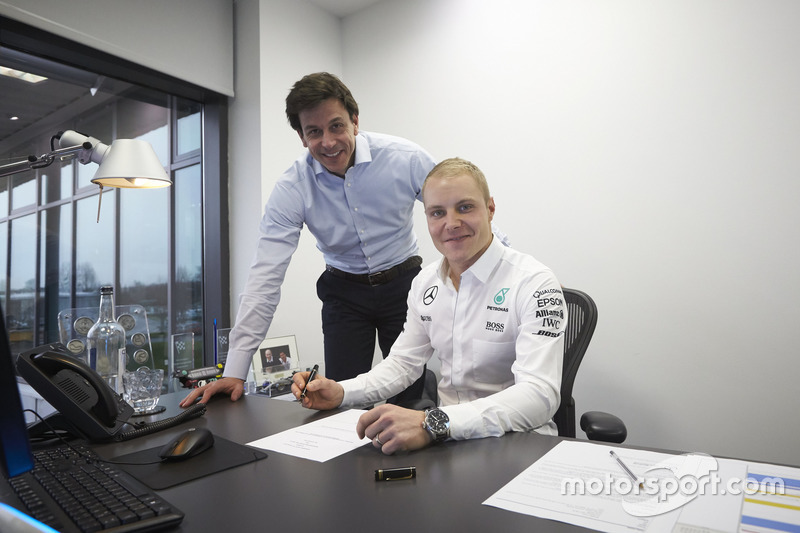 "Com a aposentadoria repentina de Nico Rosberg, a Mercedes recorreu a Valtteri Bottas para este ano. O contrato foi assinado ""aos 45 do segundo tempo""."
