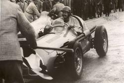 Con la Maserati A6GCM sei cilindri di due litri di cilindrata, Emmanuel De Graffenried s'impone a Siracusa in una gara di Formula 2