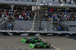 #22 Tequila Patron ESM Nissan DPi: Ed Brown, Johannes van Overbeek, Bruno Senna, Brendon Hartley, #2 Tequila Patrón ESM Nissan DPi: Scott Sharp, Ryan Dalziel, Luis Felipe Derani, Brendon Hartley takes the checkered flag