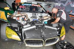 Teammitglieder arbeiten am BMW M6 GT3