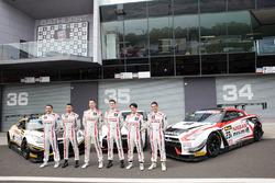 Sesión de fotos de grupo: #23 Nissan Motorsport, Nissan GT-R Nismo GT3: Katsumasa Chiyo, Alex Buncombe, Michael Caruso, #24 Nissan Motorsport, Nissan GT-R Nismo GT3: Florian Strauss, Todd Kelly, Jann Mardenborough