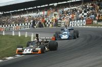 John Watson, Brabham-Ford BT42, lidera a Patrick Depailler, Tyrrell-Ford 007
