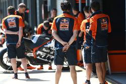 Mechanics of Bradley Smith, Red Bull KTM Factory Racing