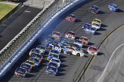 Kasey Kahne, Hendrick Motorsports Chevrolet mène alors que Ricky Stenhouse Jr., Roush Fenway Racing Ford et Trevor Bayne, Roush Fenway Racing Ford se crashent
