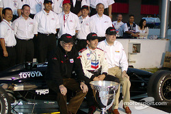 Cristiano da Matta celebrates 2002 CART Championship with Paul Newman, Carl Haas and the whole team