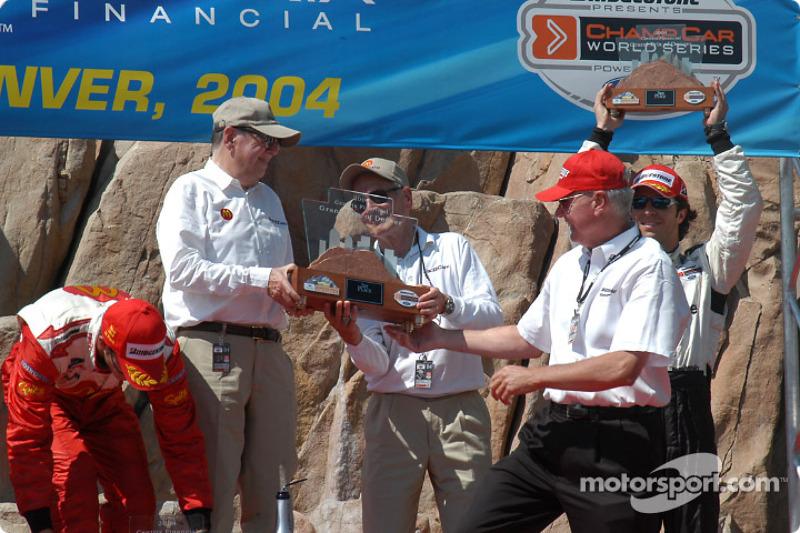 Podium : le trophée est présenté à Carl Haas et Paul Newman