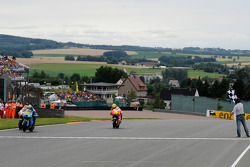 Checkered flag for Alvaro Bautista, Rizla Suzuki MotoGP