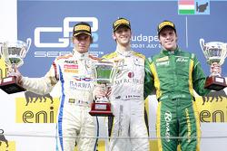 Romain Grosjean celebra su quinta victoria de carrera de la temporada en el podio con Charles Pic y Luiz Razia