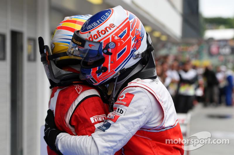Yarış galibi Jenson Button, McLaren Mercedes kutlama yapıyor ve Fernando Alonso, Scuderia Ferrari