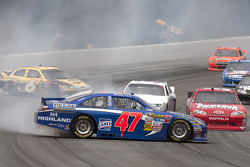 David Ragan, Roush Fenway Racing Ford and Bobby Labonte, JTG Daugherty Racing Toyota crash