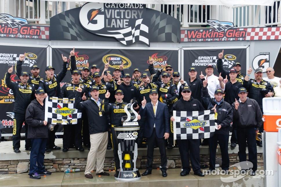 Victory lane: race winner Marcos Ambrose, Petty Motorsport Ford