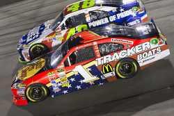 Jamie McMurray, Earnhardt Ganassi Racing Chevrolet and Jimmie Johnson, Hendrick Motorsports Chevrolet