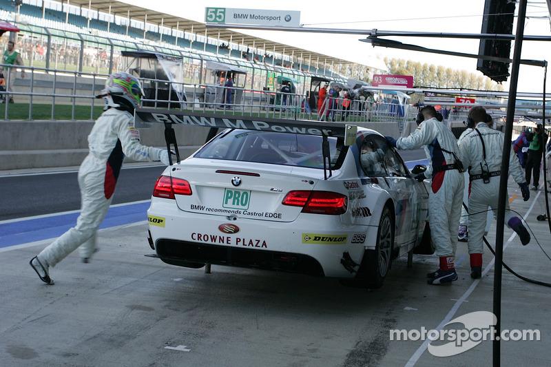 Pit stop for #55 BMW Motorsport BMW M3 GT: Augusto Farfus Jr., Jörg Müller