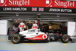 Дженсон Баттон, McLaren Mercedes, Льюис Хэмилтон, McLaren Mercedes, и новый спонсор команды - Lucozade