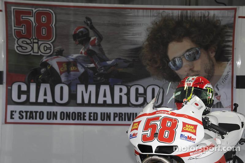 Un homenaje a Marco Simoncelli en la caja de pit del equipo Gresini