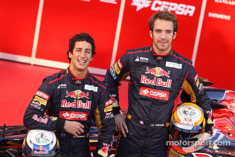 Entretanto, a Red Bull decidiu por substituir os dois de uma só vez, o que abriu espaço para a chegada de Daniel Ricciardo e Jean-Eric Vergne.