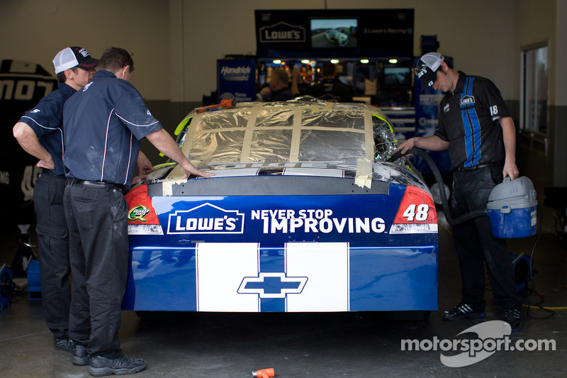 Trouble at technical inspection: C-pillar on the Hendrick Motorsports Chevrolet car of Jimmie Johnson has to be removed