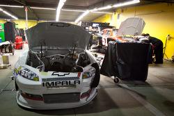 Heavy damage on the car of Kurt Busch, Phoenix Racing Chevrolet