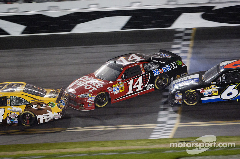 Tony Stewart, Stewart-Haas Racing Chevrolet and Ricky Stenhouse Jr., Roush Fenway Racing Ford ...