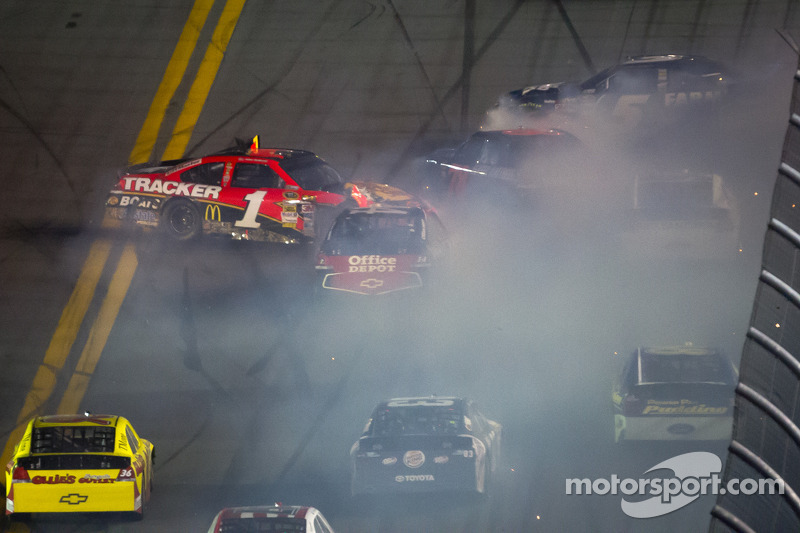 Jamie McMurray, Earnhardt Ganassi Racing Chevrolet, Regan Smith, Furniture Row Racing Chevrolet, Brad Keselowski, Penske Racing Dodge en Kasey Kahne, Hendrick Motorsports Chevrolet crash