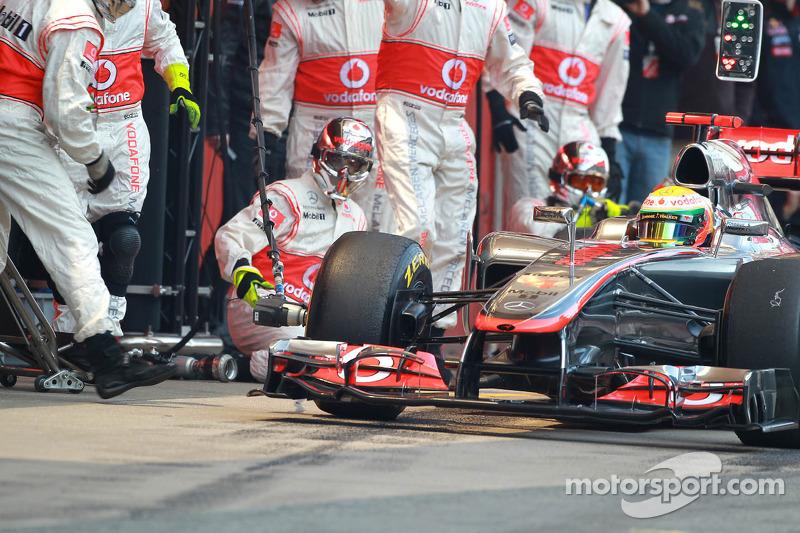 Lewis Hamilton, McLaren Mercedes pitstop oefening gaat verkeerd