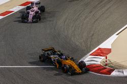 Jolyon Palmer, Renault Sport F1 Team RS17, Sergio Pérez, Force India VJM10