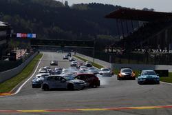 Авария: Максим Поти, Michaël Mazuin Sport, Volkswagen Golf GTi TCR, и Пепе Ориола, Lukoil Craft-Bamboo Racing, SEAT León TCR