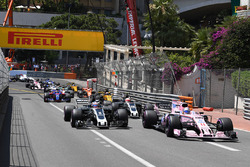 Sergio Pérez, Force India VJM10 y Romain Grosjean, Haas VF-17 al inicio