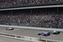 Еліо Кастроневес (Penske Chevrolet), Такума Сато (Andretti Honda) та Макс Чілтон (Chip Ganassi Honda)