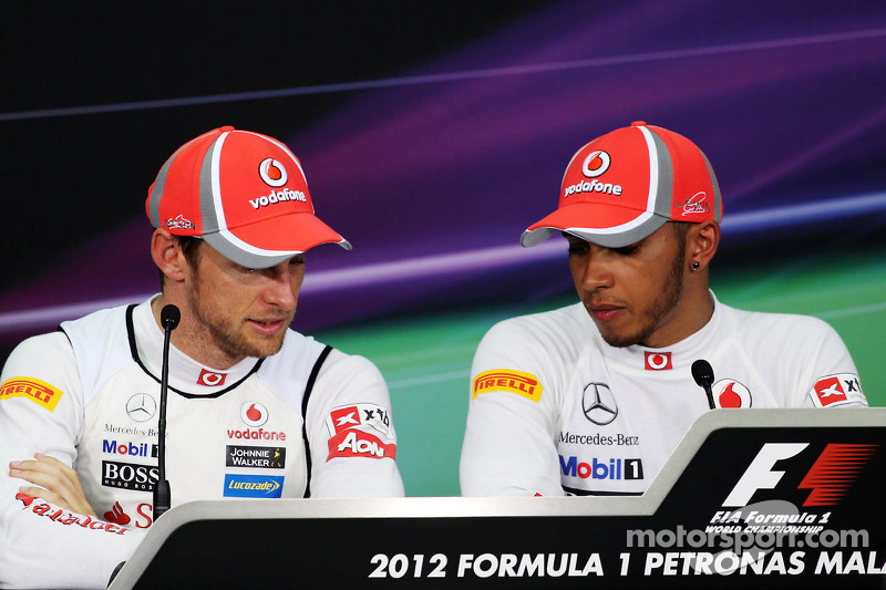 Jenson Button, McLaren Mercedes y el ganador de la pole  Lewis Hamilton, McLaren Mercedes en la conferencia de prensa de la FIA