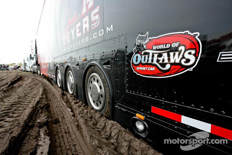 Opleggers in de modder
