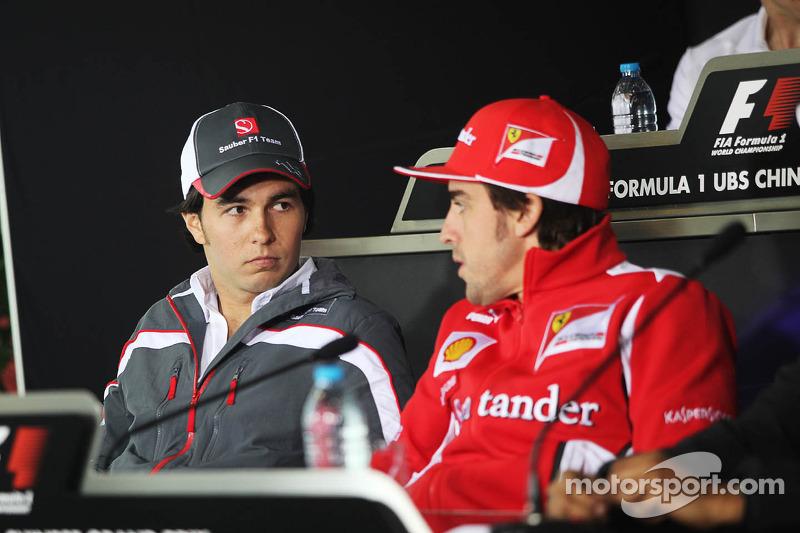 Sergio Pérez, Sauber F1 Team con Fernando Alonso, Scuderia Ferrari en la conferencia de prensa