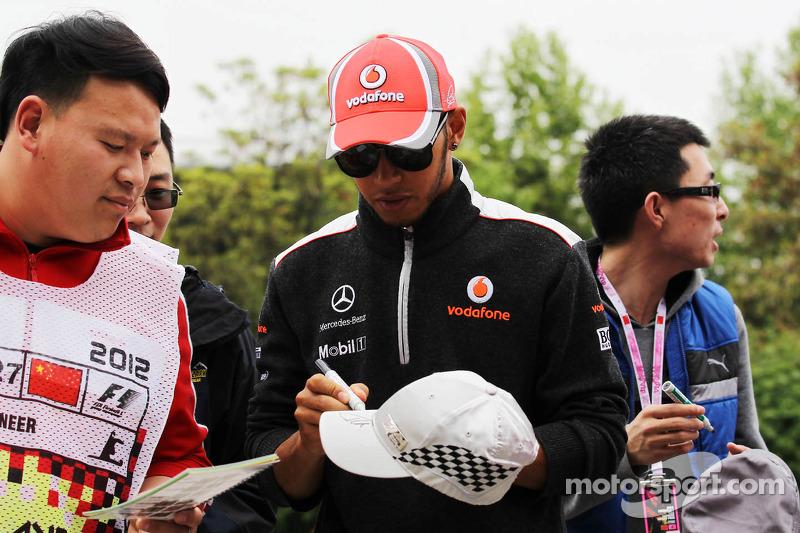 Lewis Hamilton, McLaren Mercedes signeert handtekeningen