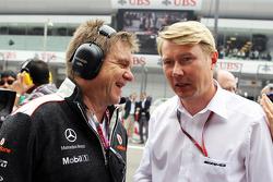 Le Dr Aki Hintsa, médecin de McLaren, avec Mika Häkkinen