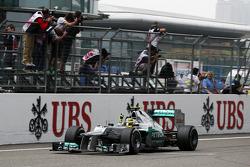 Le vainqueur Nico Rosberg, Mercedes AMG F1 fête sa victoire à l'arrivée