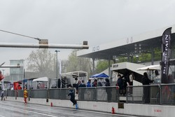 A busy pitwall
