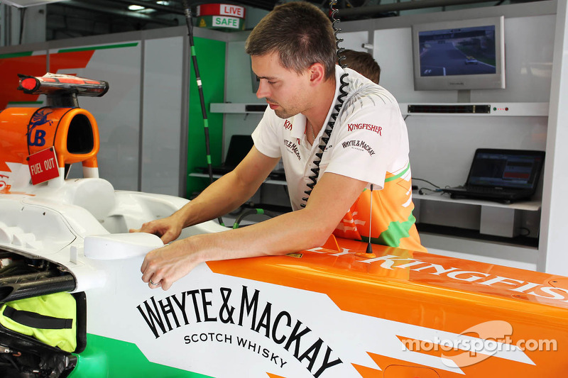 Sahara Force India F1 Team mecaniciens werken aan de Sahara Force India F1 VJM05