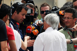 Bernie Ecclestone, CEO Formula One Group, met Ted Kravitz, Sky Sports Pitlane Reporter
