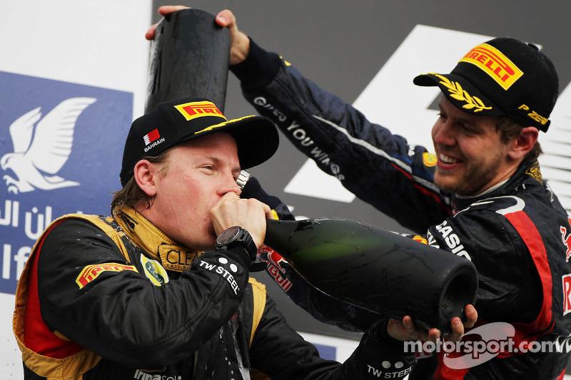 Kimi Raikkonen, Lotus F1 Team viert tweede plaats op podium met winnaar Sebastian Vettel, Red Bull Racing