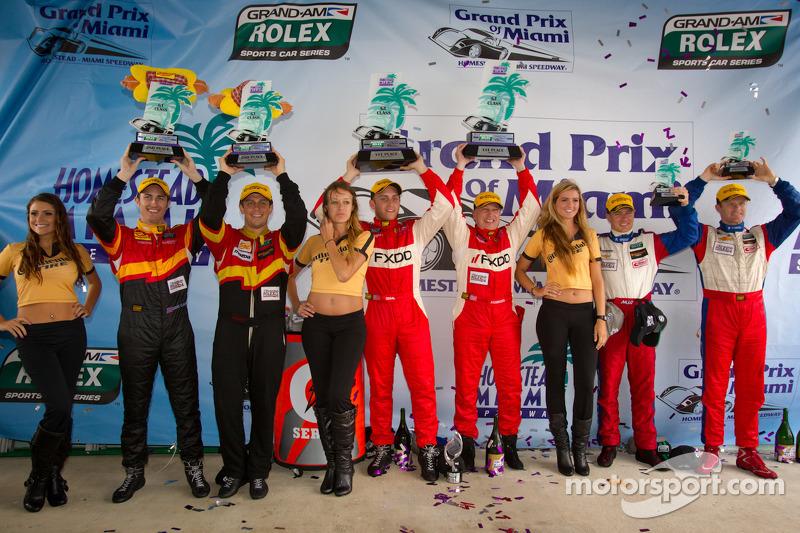 GT podium: winnaars klasse Emil Assentato en Jeff Segal, 2de Dane Cameron en Wayne Nonnamaker, 3de John Edwards en Robin Liddell
