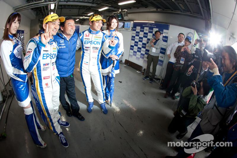 GT500 pole winnaars Ryo Michigami en Yuki Nakayama vieren met Satoru Nakajima