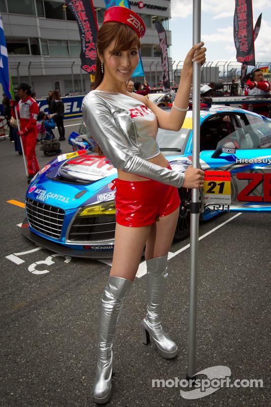Race queen voor #21 Hitotsuyama Racing Audi R8 LMS
