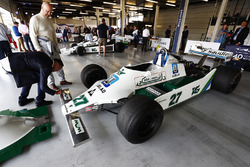 Pastor Maldonado autographie une Williams FW07 d'Alan Jones