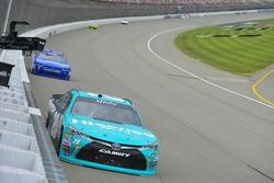 Денни Хэмлин, Joe Gibbs Racing Toyota и Эллиот Сэдлер, JR Motorsports Chevrolet