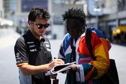 Гонщик Sahara Force India F1 Серхио Перес и мистер Моко