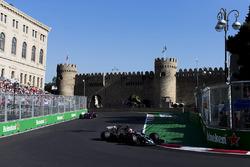 Кевин Магнуссен, Haas F1 Team VF-17, и Даниил Квят, Scuderia Toro Rosso STR12