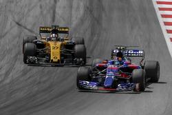 Nico Hülkenberg, Renault Sport F1 Team RS17 en Carlos Sainz Jr., Scuderia Toro Rosso STR12